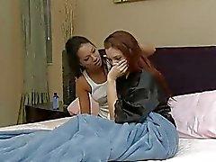 Redhead en brunette lezzie met hete 69 actie in slaapkamer