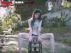 Petite Teen Rides Dildo silla exterior
