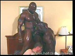Ragazzo bianco scopata da Black Bulls