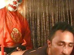 Brune gaie défoncée par de clown avec machine à baiser