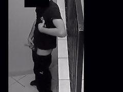Della sicurezza Webcam di giovane tirante masturbandosi in pozzo delle scale