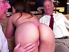 Cutie Ivy Rose obtient caressé par Rich Old Men