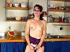 Cozinha da mamãe é um celeiro de o horniness de 2