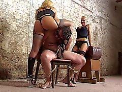 schiava sottoposto ad lavoro di crudeltà a mano da 2 mistreses