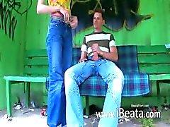 Nos du premier rapport sexuel en plein air sur la station autocar