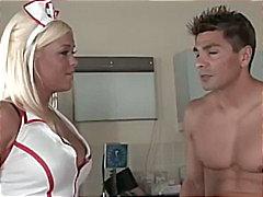 Deixe a enfermeira dar uma olhada Nada de ser tímido sobre