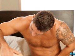Tatuaggio anale gay con sborrata