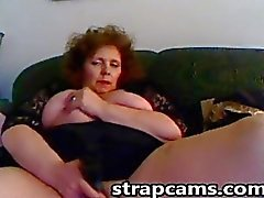 Pechugóas a vovó do redhead foder buceta dela com o brinquedo big sex