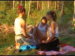 Trois beautés maigres gémissant à un étang