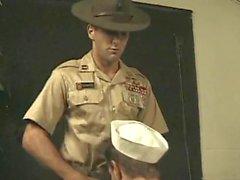 Polis bir denizci adamı beceriyor