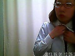 Dressing room spycam visas asiatiska flickor ta bort ett rosa klädnad