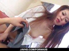 Yuu Sakura juega con su coño mientras está en la ducha
