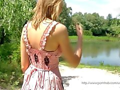Jeune fille blonde masturbation en plein air