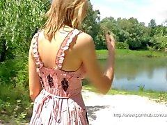 Blond flicka utomhus onani