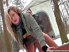Подростков Блонд скачет петух старого человека