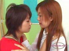 2 Aziatische meisjes zoenen hartstochtelijk zuigen tongen op het Bed