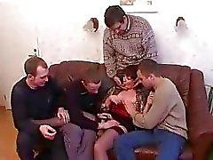 Madre e hijo borrachos y los folla a con los amigos después de la fiesta
