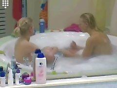 Grande Fratello NL vasca biondi ragazza teenager che in chat in topless in bagno di