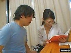 Insegnante giapponesi di Ryo premia il di lei alunno