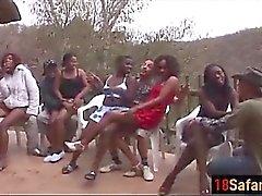 Les prostituées africaines sucent bites et baiser en orgie passionnée