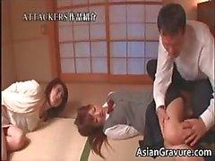 Scene del simpatici fanciulli asiatiche di scattare rubinetto di part4