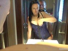 Hot & tettona Brunette MILF In Corsetto è scopata di fronte a lei Specchio