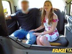 Taxi Faux formation le nouveau chauffeur de taxi femme en trio banquette arrière