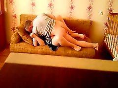 Hot couple baise dans le canapé