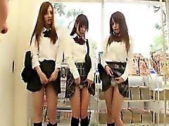 Üç sevimli Asyalı kız öğrenci tatlı dudaklarını bir