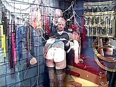 BDSM chick goth diventa legata , sculacciata e la ugelli pizzicò di due gli uomini in camera