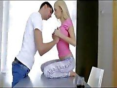 Apertado peituda Nancey adolescente leva pau grosso no fundo de sua vulva