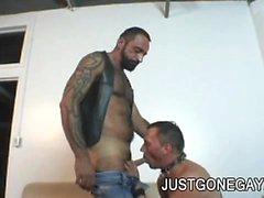 Oso tatuado Tom Colt folla a su amiga DILF un después de llegar