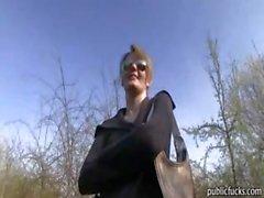 Echte amateur Tsjechische meisje Meggie geneukt in openbare plaats voor je geld