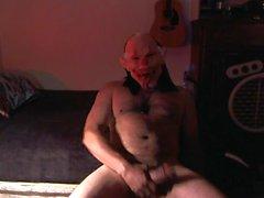 Happy Halloween !! Un payaso del infierno jugando con su polla !!!!