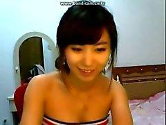Hot Korean tyttö pudistaa pieni keltainen perse on webbikamera