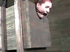 Problema Redhead Nipplepierced azotado mientras tiedup en la caja