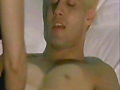 Anna Galiena topless tirandolo suoi grandi petto fuori del suo