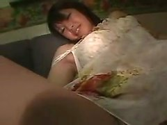 Chica oriental deslumbrante con un asno fabuloso es adicta a
