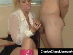 Super Star Charlee Chase dà Bubblegum con la mano e Pompini!