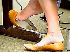 Aufrichtig Kollegium Feet Shoeplay in Brown Flats