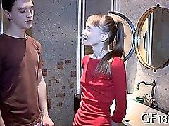 Soave -looking bellissima teen girl vuole manopola di rigido