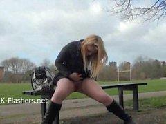 Blondi lapsi Sophies ulkoilma striptease ja julkista vilkkuminen busty