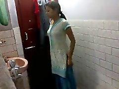 Intian tyttö kylpyhuone