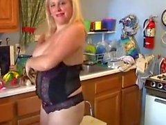 Bubbly blonde BBW älskar att knulla hennes blötande våta fitta