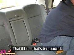 FemaleFakeTaxi fugitivo viajero sujeto por el conductor rubia dominante