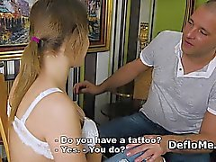 Тини демонстрирует большие сисек и атаку девственностью
