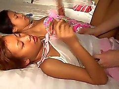 Gli adolescenti Saori & di Saya thailandesi si leccano il gelato tetta