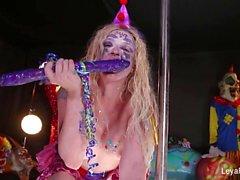 Clown Leya falken spelar upp med stort lila dildo