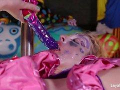 Clown Leya Falcon joue avec un gros gode violet