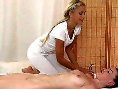 Foxy Babe di lesbiche ottiene un massage buon corpo oleosa